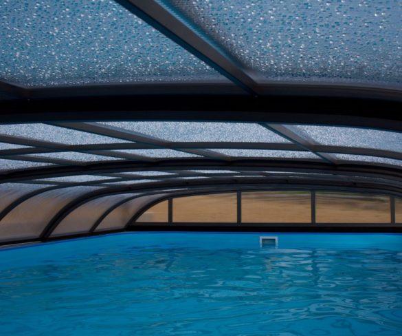 """Kúpať sa dá aj mimo """"hlavnej"""" sezóny: S vhodným bazénovým zastrešením."""